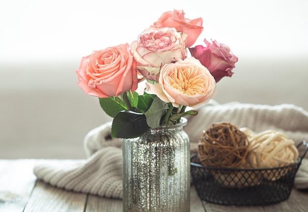 Composición de primavera con flores en un jarrón en el fondo del interior de una casa. concepto de detalles de decoración del hogar.