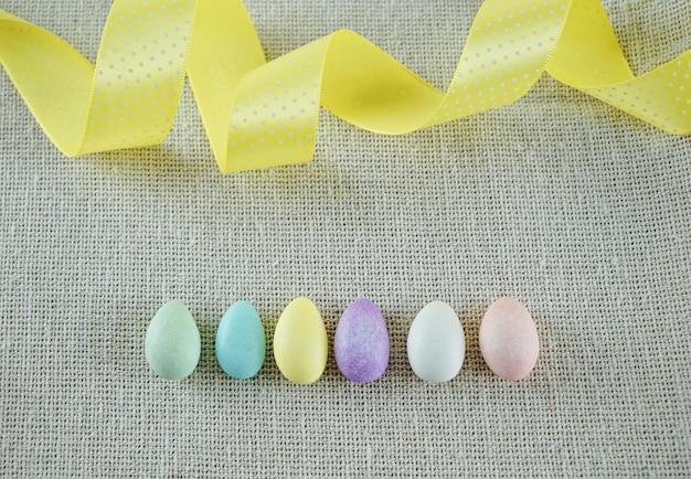Composición de primavera de huevos de pascua y cinta espiral amarilla