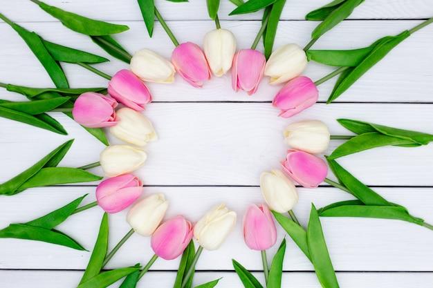 Composición de primavera con tulipanes en madera