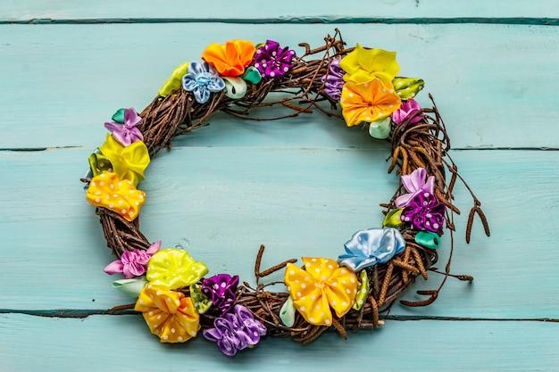 Composición primaveral de una corona de ramas de abedul y flores coloridas artesanales