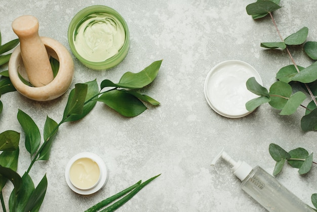 Composición con productos cosméticos y plantas.