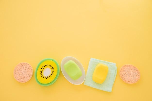 Composición de productos para el cuidado de la piel sobre fondo amarillo.