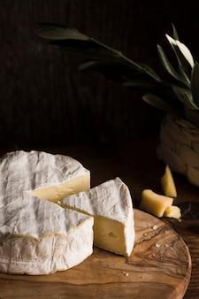 Composición de queso de alto ángulo en la mesa