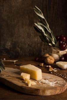 Composición de queso delicioso de alto ángulo
