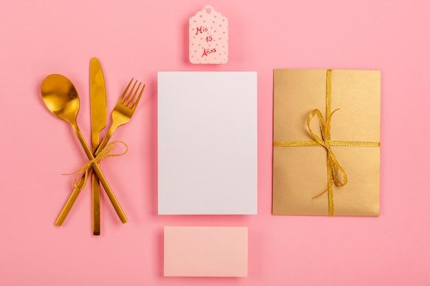 Composición de quinceañera sobre fondo rosa