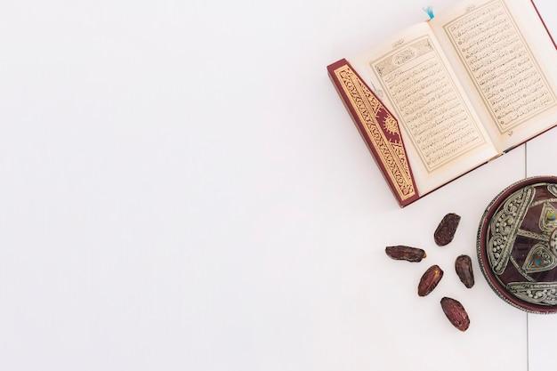 Composición de ramadán con corán y dátiles