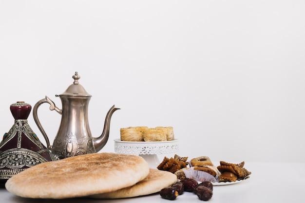 Composición de ramadán con tetera y comida arabe