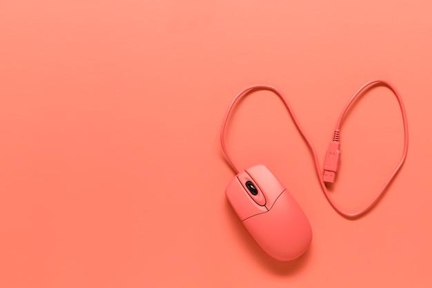 Composición del ratón de la computadora de alambre rosa