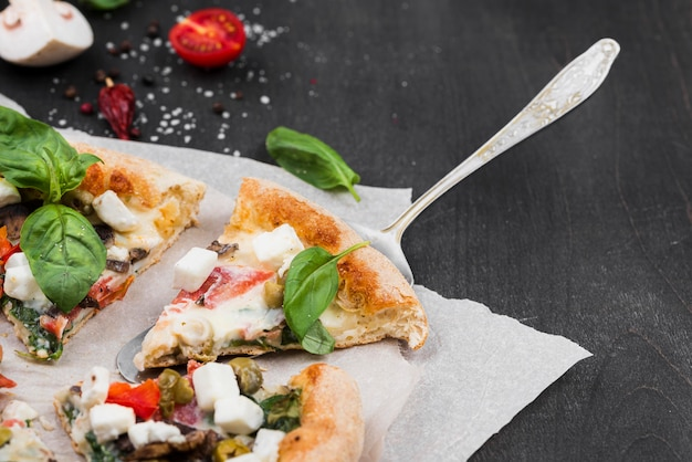 Composición de rebanadas de pizza esponjosa de alto ángulo