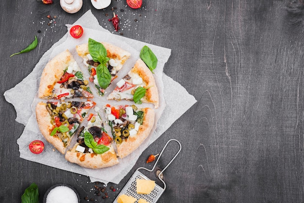 Composición de rebanadas de pizza esponjosa vista superior