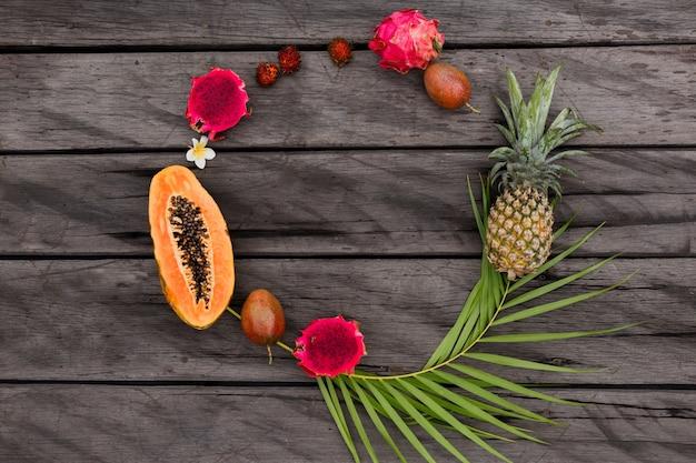Composición redonda con frutas tropicales