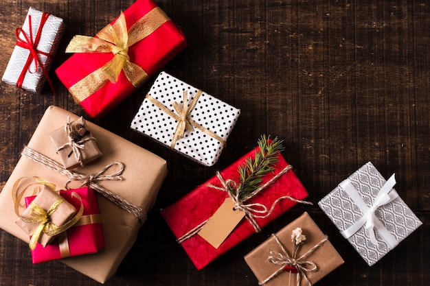 Composición de regalos de navidad con espacio de copia