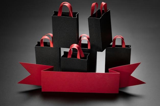 Composición de regalos de viernes negro sobre fondo negro