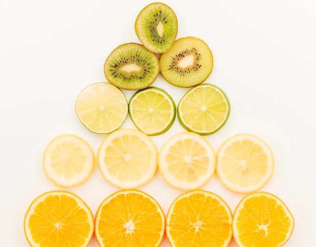 Composición de rodajas de fruta sobre fondo blanco