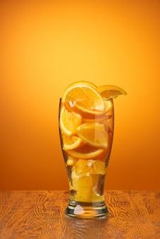 Composición de rodajas de naranja en un vaso.