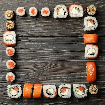 Composición con rollos de sushi en superficie de madera. comida japonesa