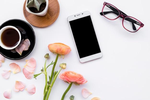 Composición romántica del teléfono con café.