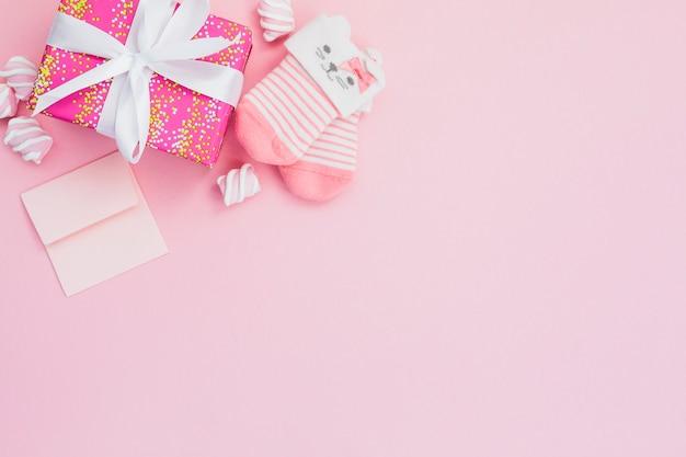 Composición rosa para el nacimiento de una niña