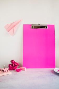 Composición rosa con tableta de oficina en mesa
