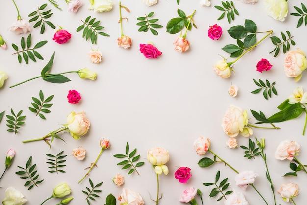 Composición de rosas y hojas
