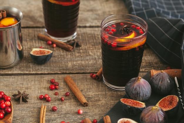 Composición rústica con vino brillante e ingredientes en la mesa de madera vieja