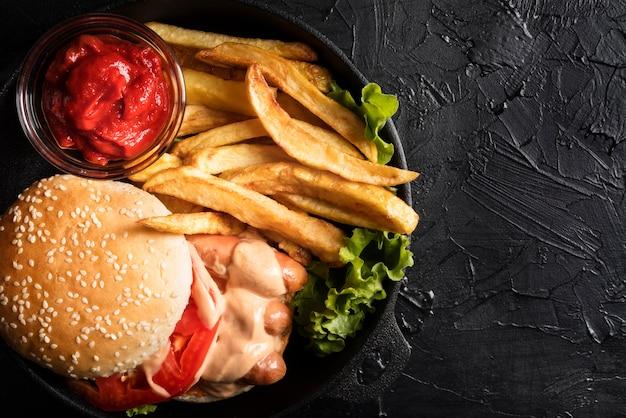 Composición con sabrosa hamburguesa y espacio de copia