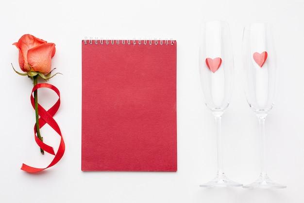 Composición de san valentín con bloc de notas rojo vacío