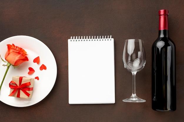 Composición de san valentín con bloc de notas vacío