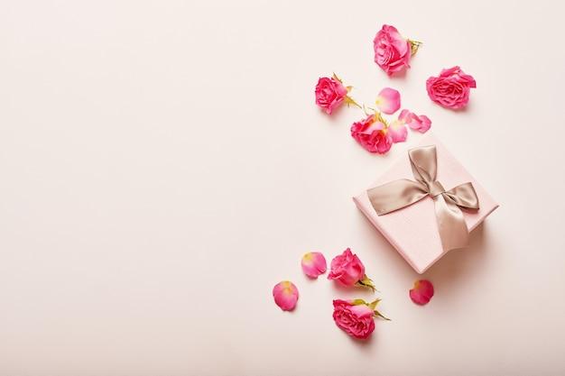 Composición de san valentín caja de regalo rosa con flores.