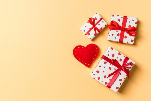 Composición de san valentín de cajas de regalo y corazón textil rojo