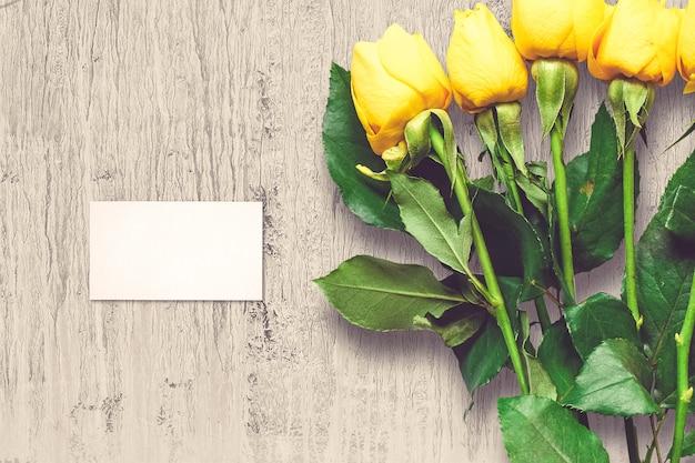 Composición de san valentín con flores rosas y tarjeta de felicitación