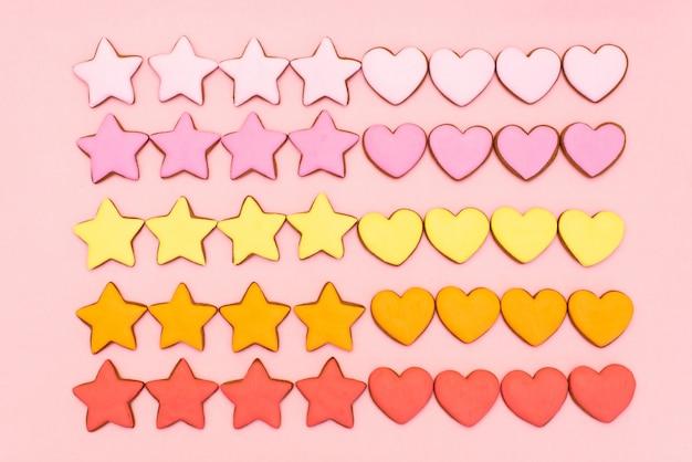 Composición de san valentín. galleta de jengibre en forma de corazón en pastel