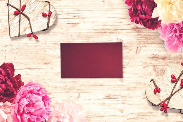 Composición de san valentín con tarjeta de felicitación y flores.