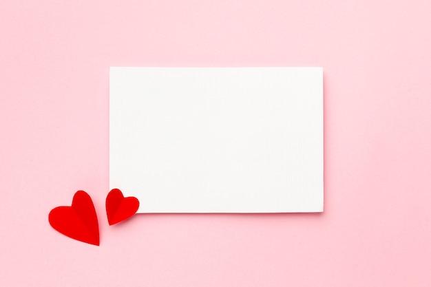 Composición de san valentín con tarjeta vacía