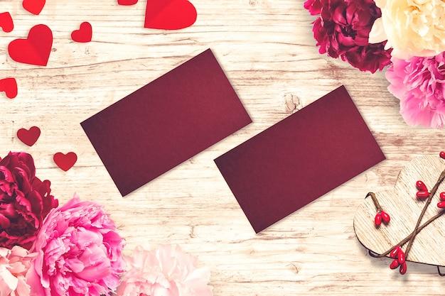 Composición de san valentín con tarjetas de felicitación y flores.
