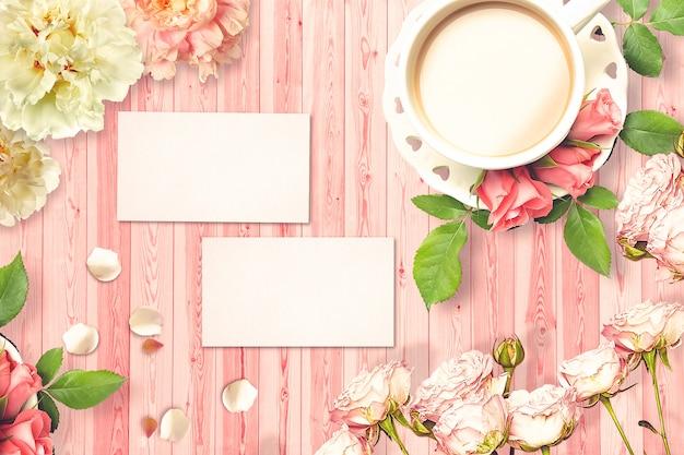 Composición de san valentín con taza de café, tarjetas de felicitación y flores.