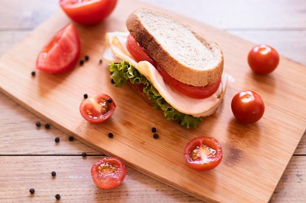 Composición de sándwiches frescos de alto ángulo sobre fondo de madera