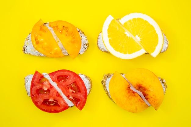 Composición de sándwiches con frutas y verduras.