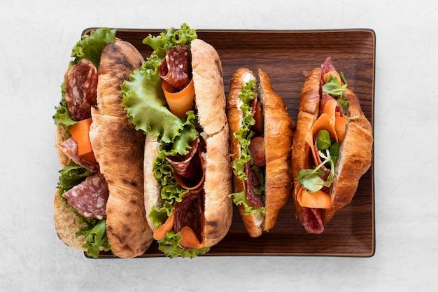 Composición de sándwiches saludables de endecha plana sobre fondo blanco
