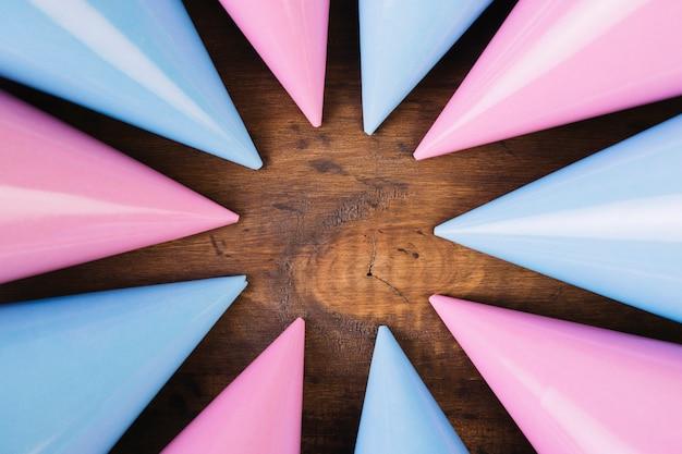 Composición de sombreros de fiesta rosa y azul