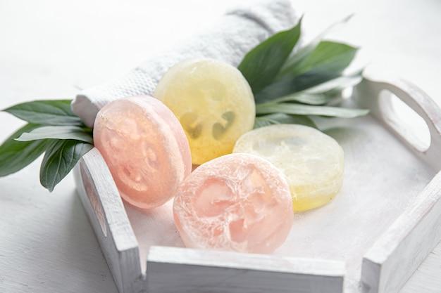 Composición de spa con accesorios de baño para higiene personal y cuidado corporal.
