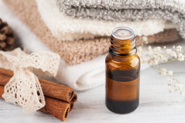 Composición del spa con aceite esencial y toallas.