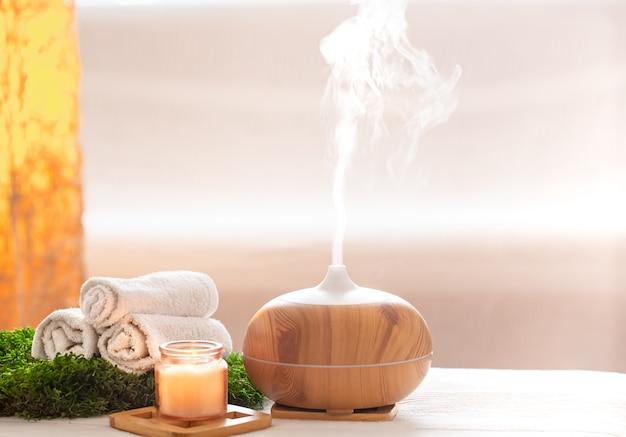 Composición de spa con aroma de un difusor de aceite moderno con productos para el cuidado corporal