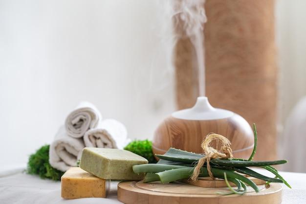 Composición de spa con aromaterapia y artículos para el cuidado del cuerpo.