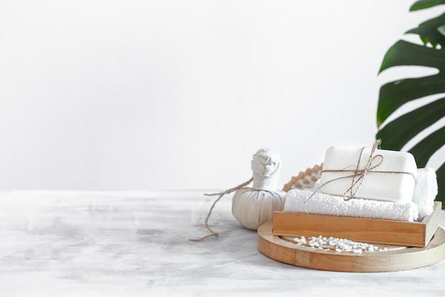 Composición de spa con artículos de cuidado corporal a la luz.