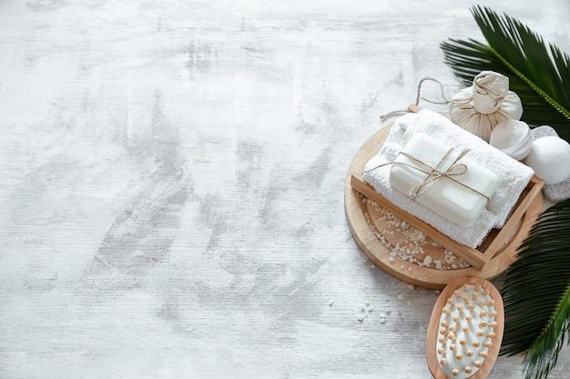 Composición de spa con artículos de cuidado corporal sobre un fondo claro. un lugar para el texto, un concepto de belleza y cuidado corporal.