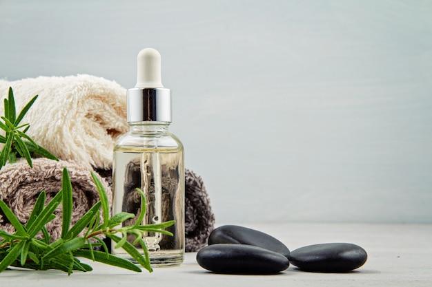 Composición de spa y bienestar con suero, toallas y productos de belleza.