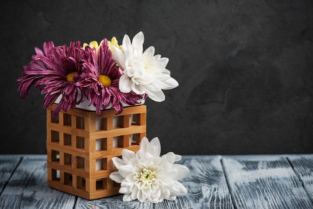 Composición de spa con crisantemo encendido