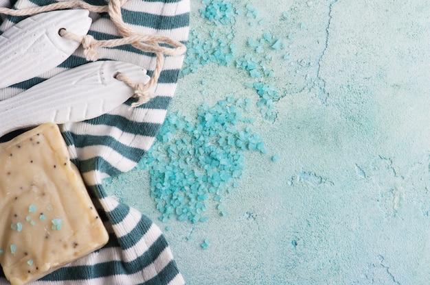 Composición spa con decoración en madera y sal.