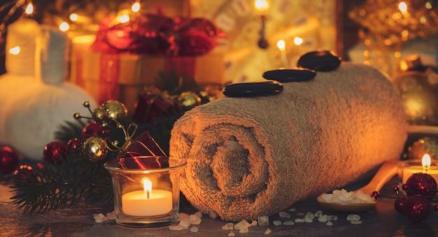 Composición de spa con decoración navideña. tratamiento de vacaciones spa